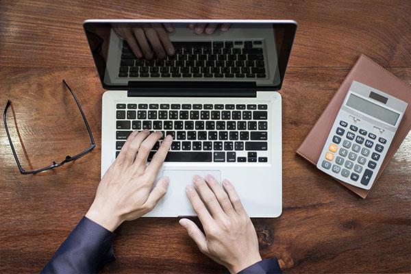 لپ تاپ و دست برای عکس درباره ما